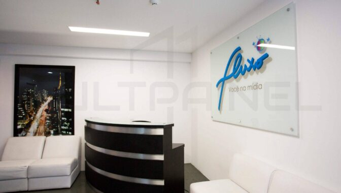 Painel de Vidro com Logotipo Adesivado